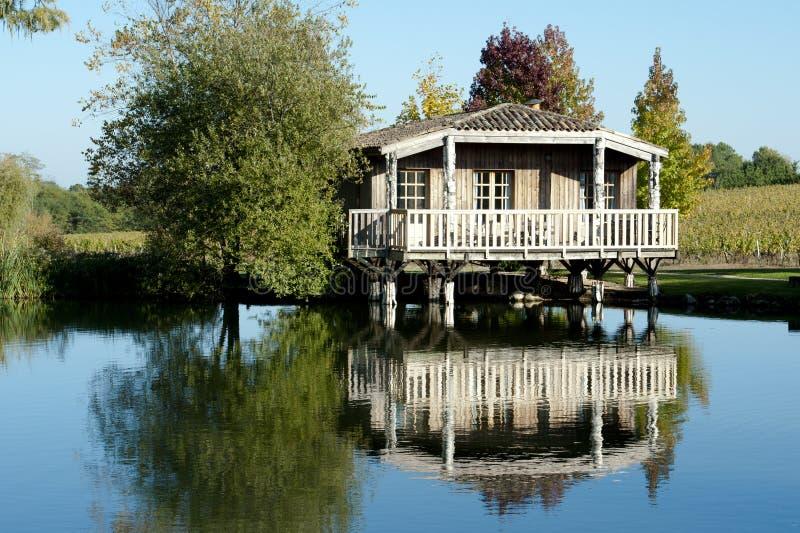 Romantical Häuschen auf einem See im Bordeaux, Frankreich stockfoto