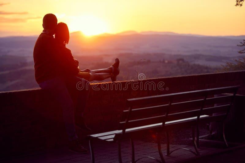Romantico al tramonto del giorno di San Valentino Ragazzo e ragazza che si divertono insieme immagine stock