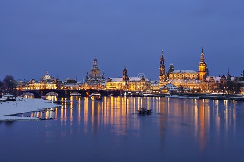 Dresden på skymningen i vinter royaltyfri fotografi