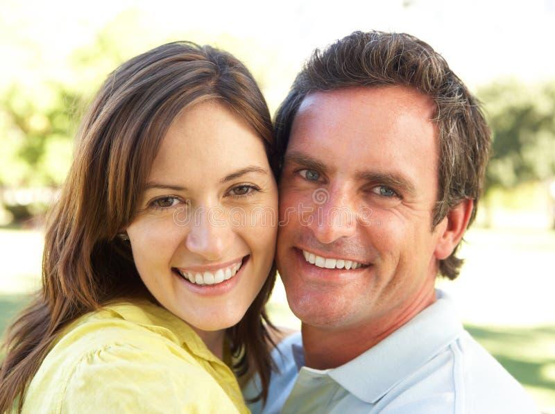romantiker för parparkstående royaltyfri foto