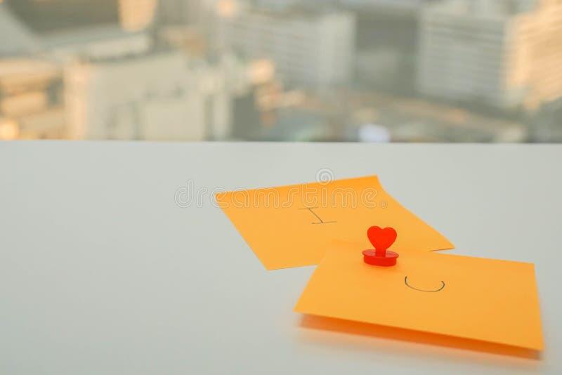 Romantiker- och förälskelsebegreppet av älskar jag dig meddelandet på den klibbiga anmärkningen för bröllopsdag- och valentin dag arkivfoton