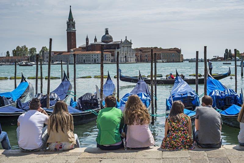 Romantikerpar i Venedig royaltyfria bilder