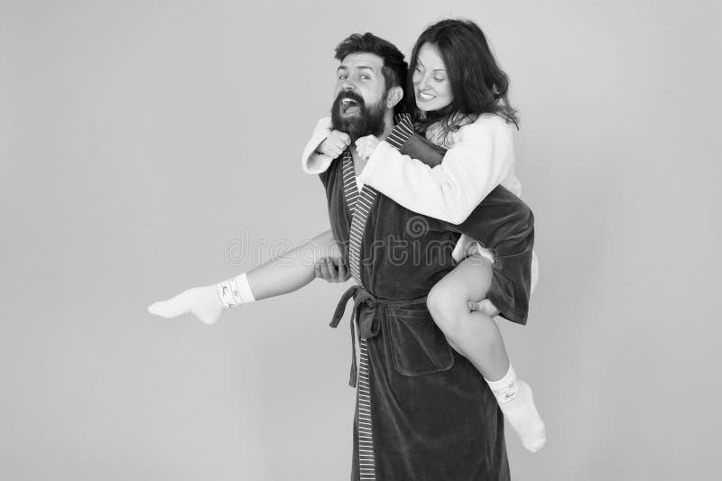 romantinc paar in liefde Gelukkige Familie vrouw en man in robe Perfecte ochtend Het hebben van pret gelukkig paar in robe Huis royalty-vrije stock fotografie