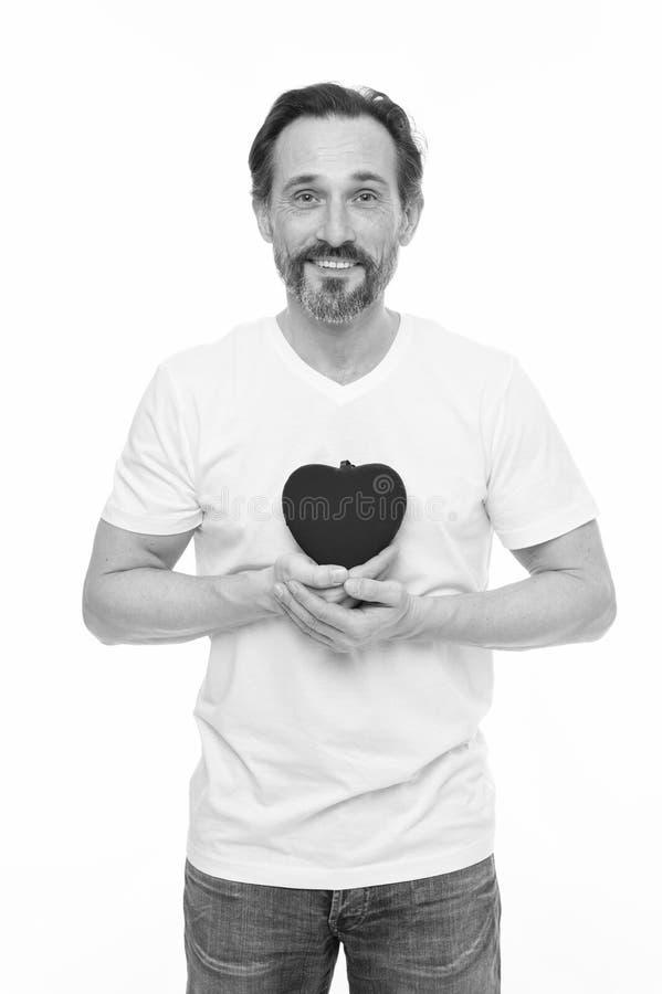 Romantique et affectious Homme m?r bel avec le coeur de jour de valentines Homme de valentines tenant le coeur rouge de jouet dan photographie stock libre de droits