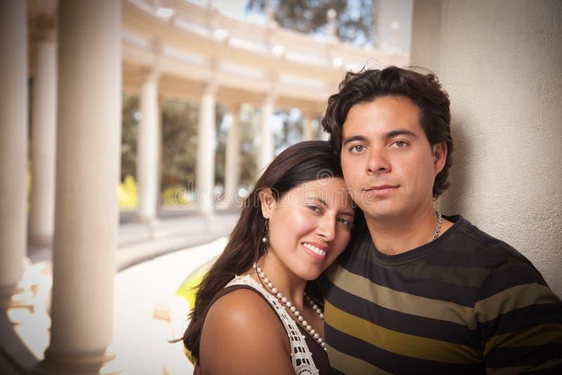 Romantisch Aantrekkelijk Spaans Paar bij het Park stock fotografie