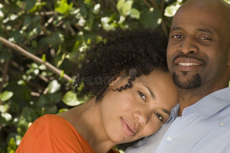 Romantisch Afrikaans Amerikaans paar die buiten koesteren stock afbeeldingen