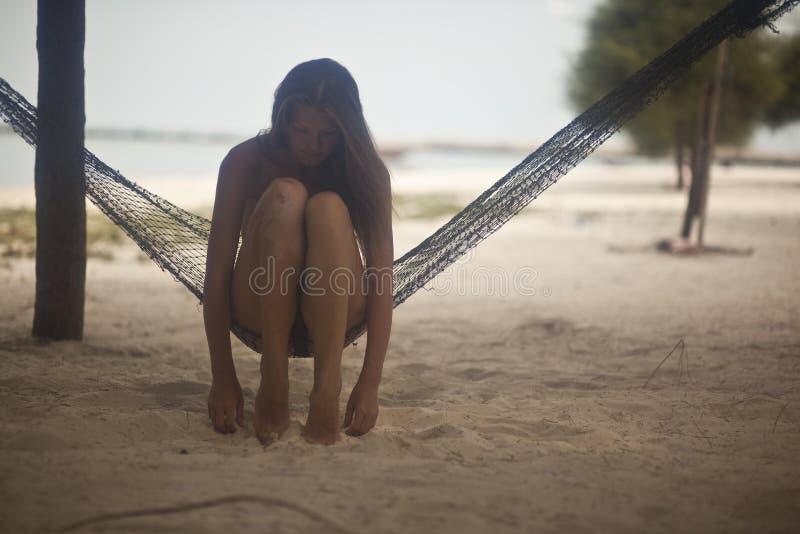 Romantisch beeld van een meisje op het eiland stock afbeelding