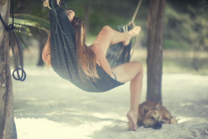 Romantisch beeld van een meisje op het eiland stock foto's