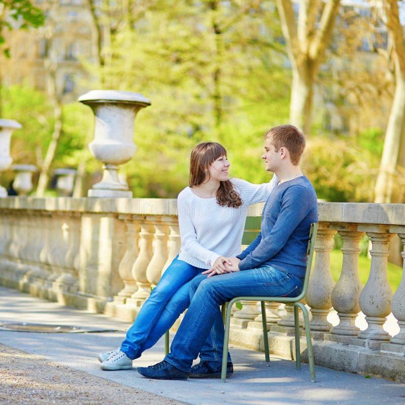 Romantisch daterend houdend van paar in Parijs royalty-vrije stock fotografie