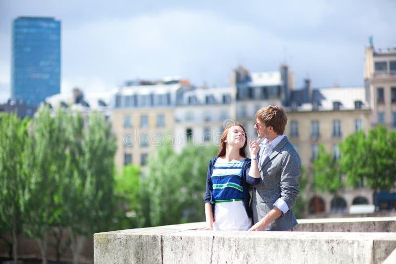 Romantisch daterend paar bij de brug stock afbeeldingen
