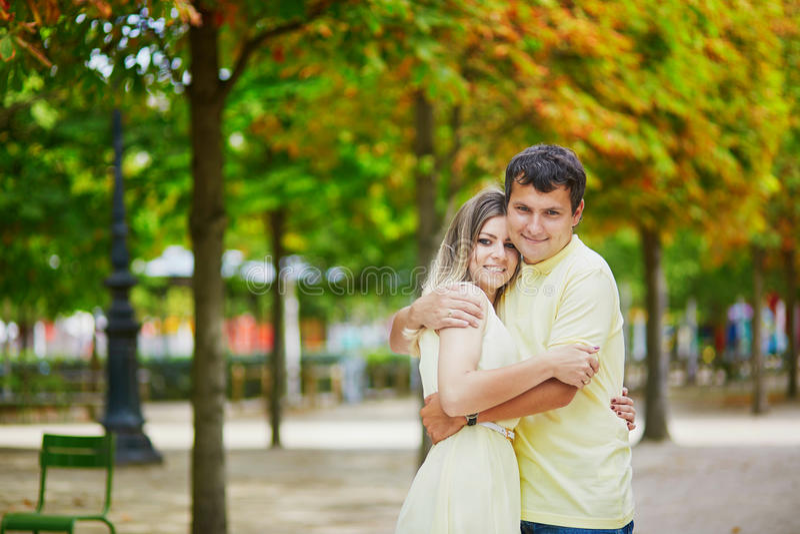 Romantisch daterend paar in Parijs royalty-vrije stock afbeelding