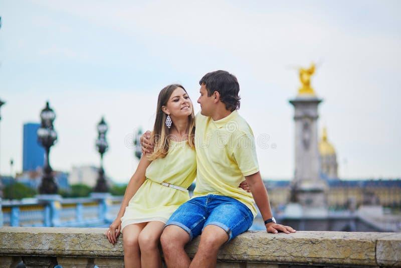 Romantisch daterend paar in Parijs royalty-vrije stock afbeeldingen