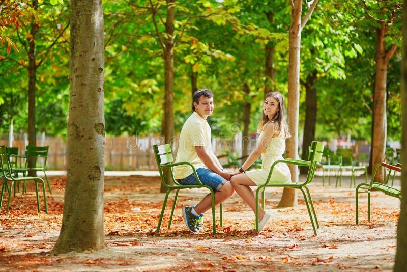 Romantisch daterend paar in Parijs royalty-vrije stock foto's