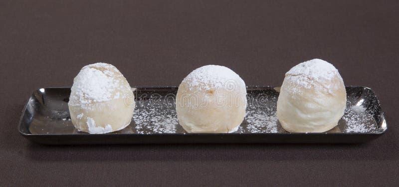 Romantisch dessert Dessertplaat op klaar restaurantlijst Chocoladeroomijs, fruit en koekjes Romantisch restaurant royalty-vrije stock foto's