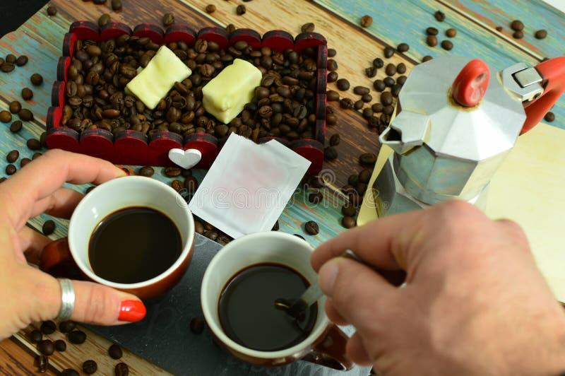 Romantisch die beeld van een koffie met liefde wordt gedeeld royalty-vrije stock foto