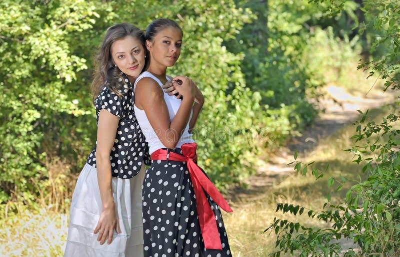 Romantisch die meisje twee door bladeren wordt omringd royalty-vrije stock foto's