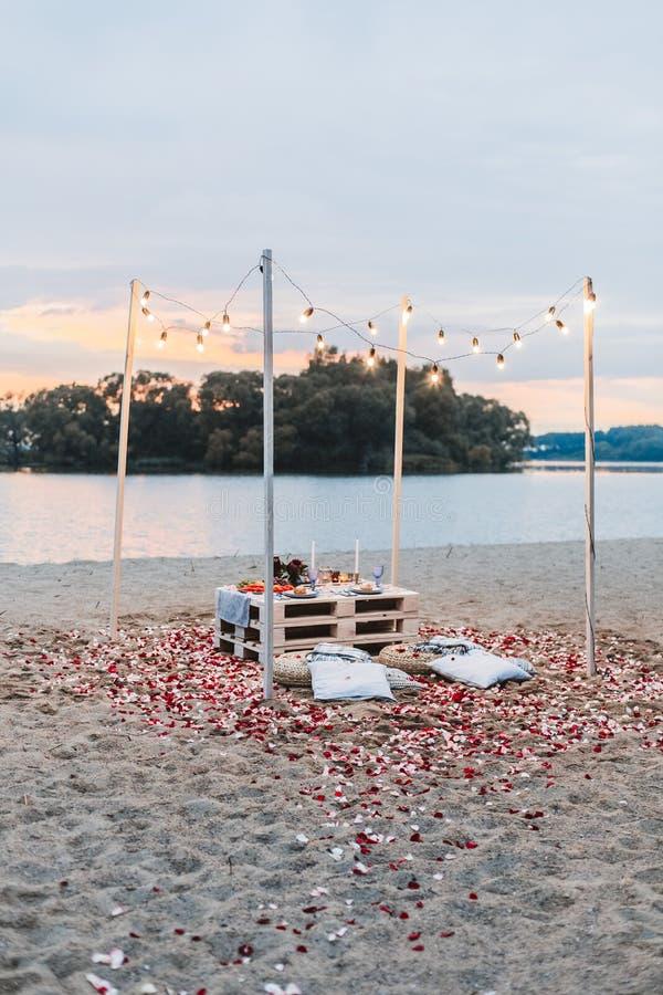 Romantisch diner bij het strandconcept stock afbeeldingen