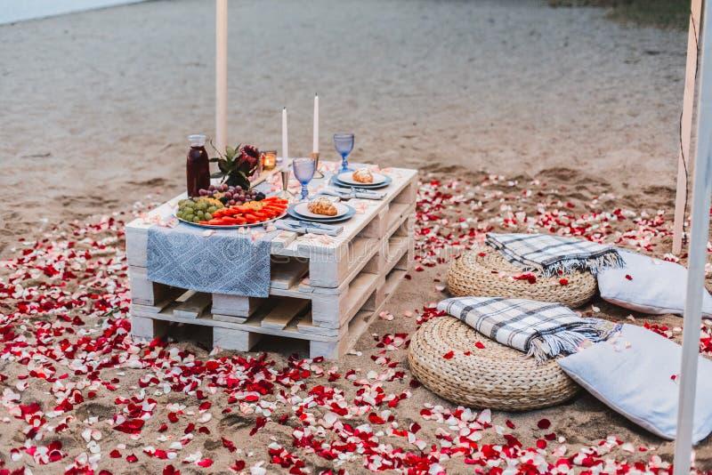 Romantisch diner bij het strandconcept stock foto