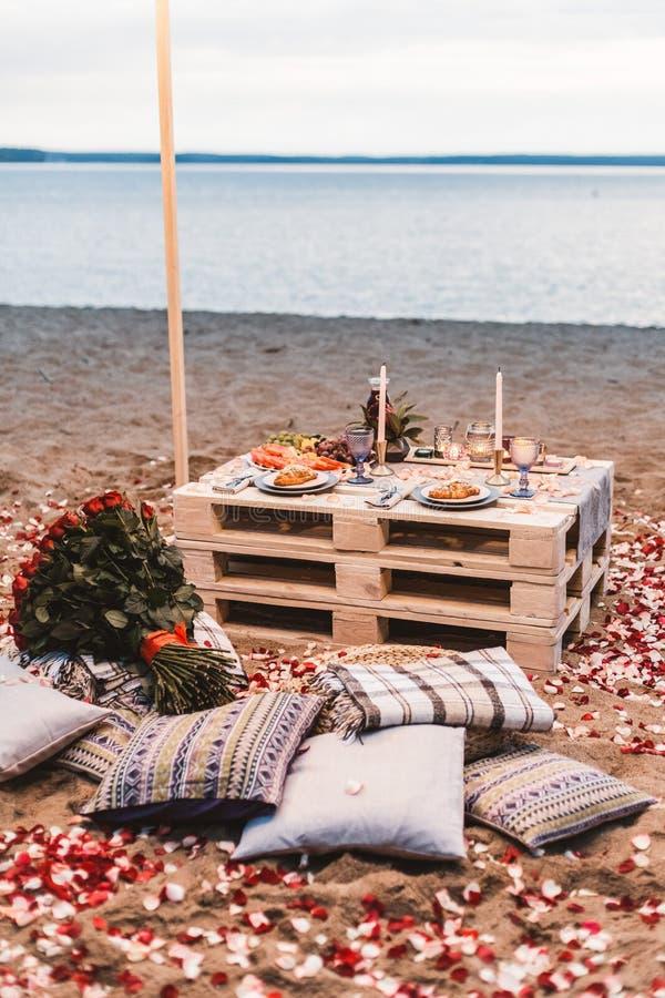 Romantisch diner bij het strandconcept stock fotografie