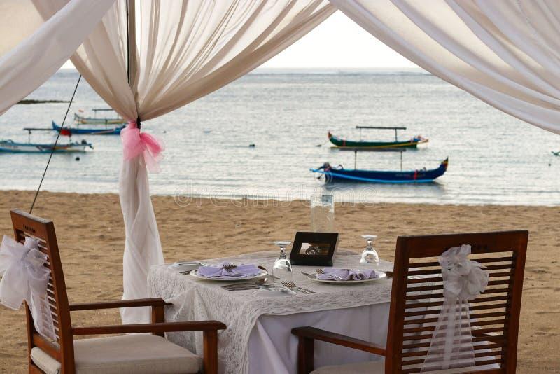 Romantisch diner in een tent op de oceaan royalty-vrije stock afbeelding