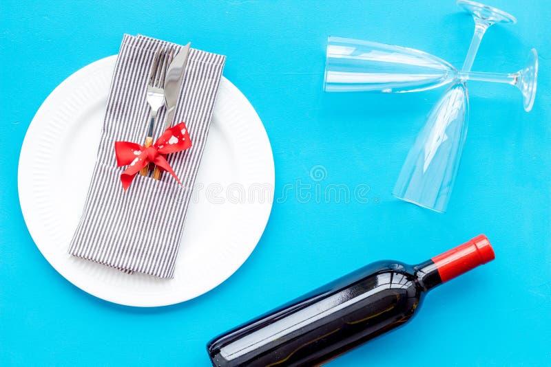 Romantisch diner op de Dag van Valentine Verfraaide schotels, vaatwerk, wijn op blauwe hoogste mening als achtergrond stock fotografie