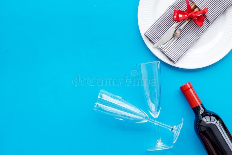 Romantisch diner op de Dag van Valentine Verfraaide schotels, vaatwerk, wijn op de blauwe ruimte van het achtergrond hoogste meni royalty-vrije stock afbeeldingen