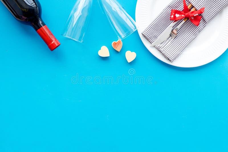 Romantisch diner op de Dag van Valentine Verfraaide schotels, vaatwerk, wijn op de blauwe ruimte van het achtergrond hoogste meni royalty-vrije stock foto's