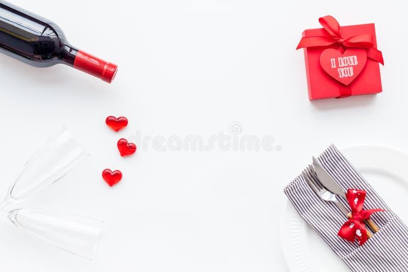 Romantisch diner op de Dag van Valentine Verfraaide schotels, vaatwerk, wijn en giftdoos op witte achtergrond hoogste meningsruim royalty-vrije stock afbeelding