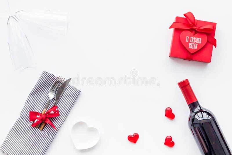 Romantisch diner op de Dag van Valentine Verfraaide schotels, vaatwerk, wijn en giftvakje op wit achtergrond hoogste meningsexemp royalty-vrije stock fotografie