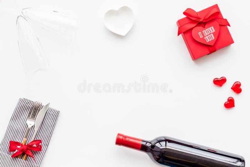 Romantisch diner op de Dag van Valentine Verfraaide schotels, vaatwerk, wijn en giftvakje op wit achtergrond hoogste meningsexemp royalty-vrije stock foto's