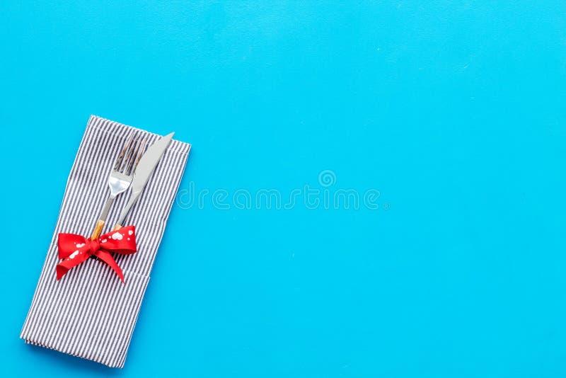 Romantisch diner op de dagconcept van Valentine Verfraaide schotels, vaatwerk op de blauwe ruimte van het achtergrond hoogste men stock fotografie