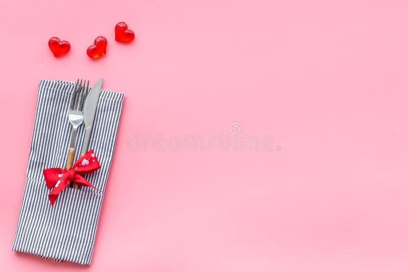 Romantisch diner op de dagconcept van Valentine Verfraaide schotels, vaatwerk op de roze ruimte van het achtergrond hoogste menin stock afbeelding