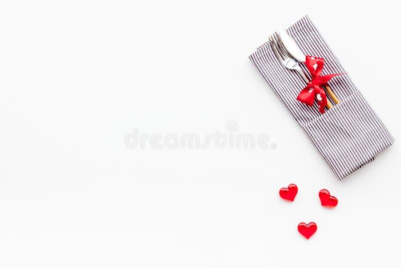 Romantisch diner op de dagconcept van Valentine Verfraaide schotels, vaatwerk op witte achtergrond hoogste meningsruimte voor tek stock afbeeldingen
