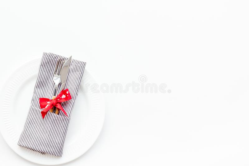 Romantisch diner op de dagconcept van Valentine Verfraaide schotels, vaatwerk op de witte ruimte van het achtergrond hoogste meni royalty-vrije stock foto