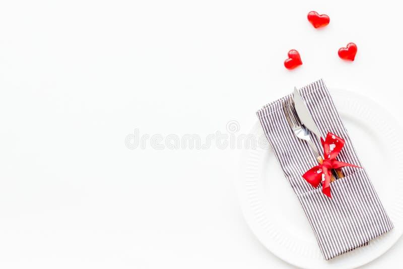 Romantisch diner op de dagconcept van Valentine Verfraaide schotels, vaatwerk op de witte ruimte van het achtergrond hoogste meni stock afbeeldingen
