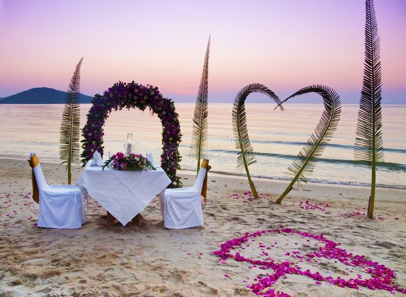 Romantisch diner op een strand royalty-vrije stock afbeeldingen