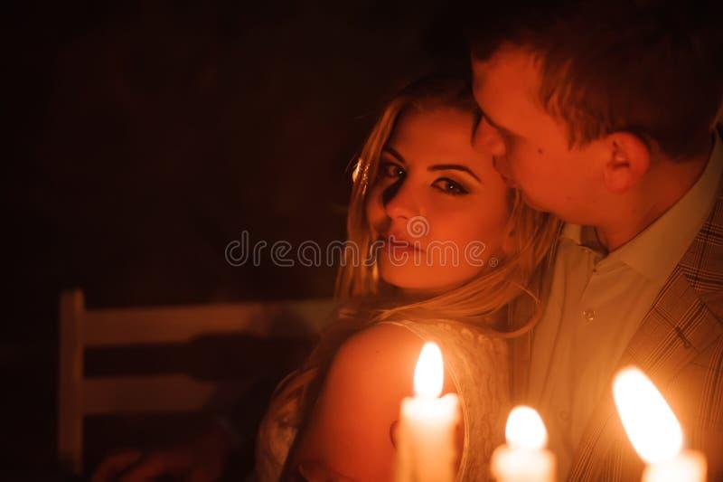 Romantisch diner van een jong paar door kaarslicht in de bergen stock foto's