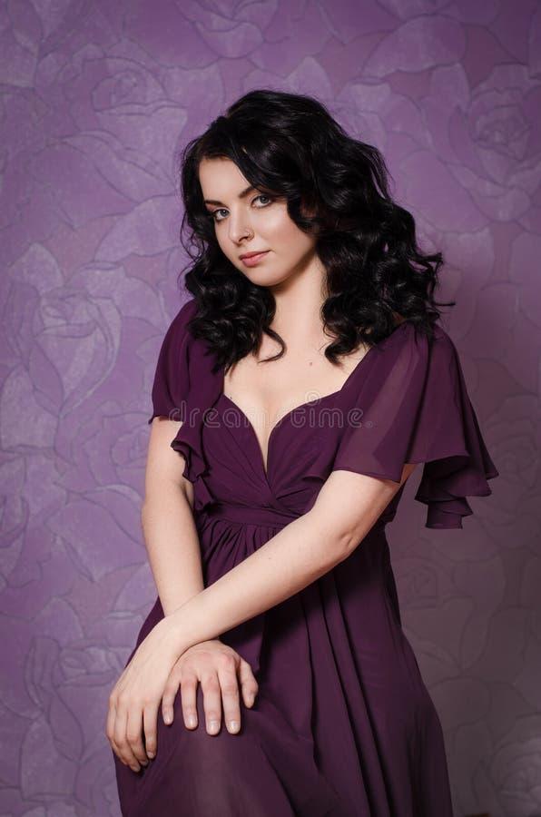Romantisch donkerbruin meisje met krullend haar royalty-vrije stock afbeeldingen