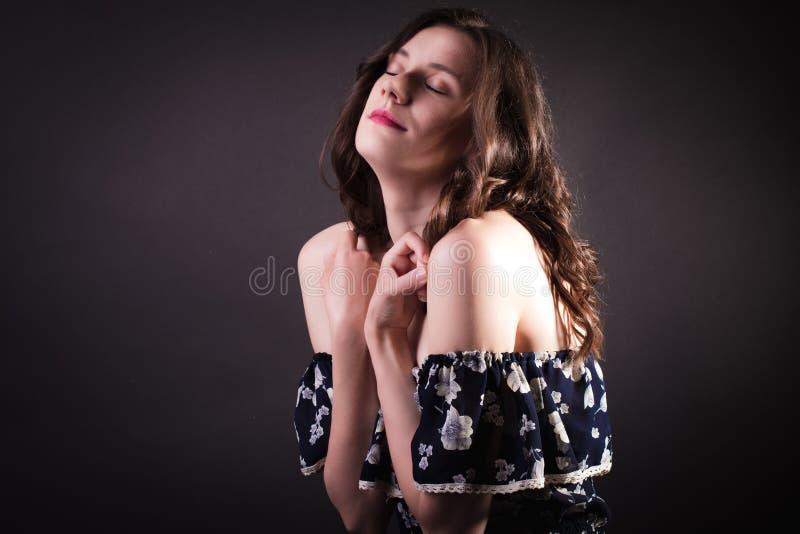 Romantisch donkerbruin model met krullende natuurlijke de make-upweari van haarang royalty-vrije stock afbeeldingen
