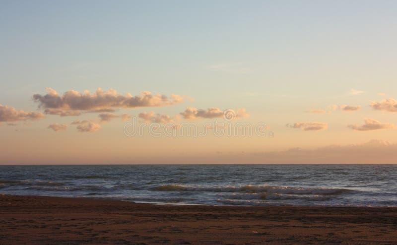 Romantisch en dromerig panorama van het overzees van versilia †‹â€ ‹in Toscanië een vreedzame dag ondanks de koude van de winte stock fotografie
