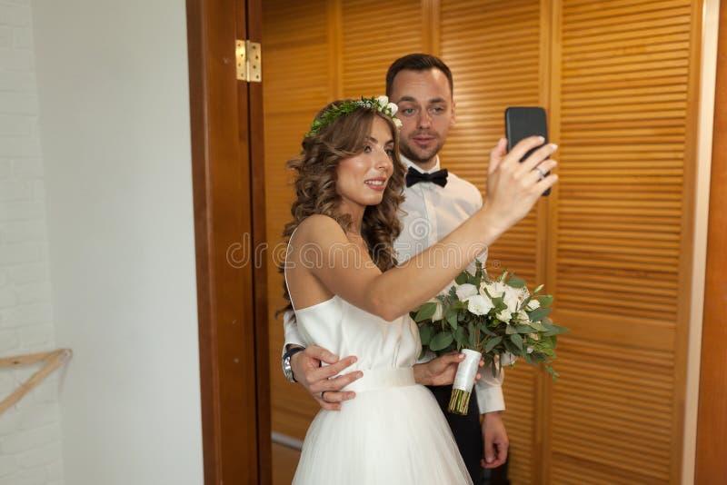 Romantisch en gelukkig Kaukasisch paar in modieuze kleren die Se nemen stock afbeeldingen