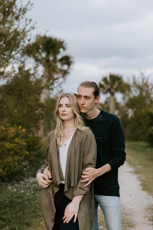 Romantisch en Houdend van Jong Volwassen Paar bij het Park dat Aard bekijkt en de Horizon voor Portretbeelden royalty-vrije stock afbeeldingen