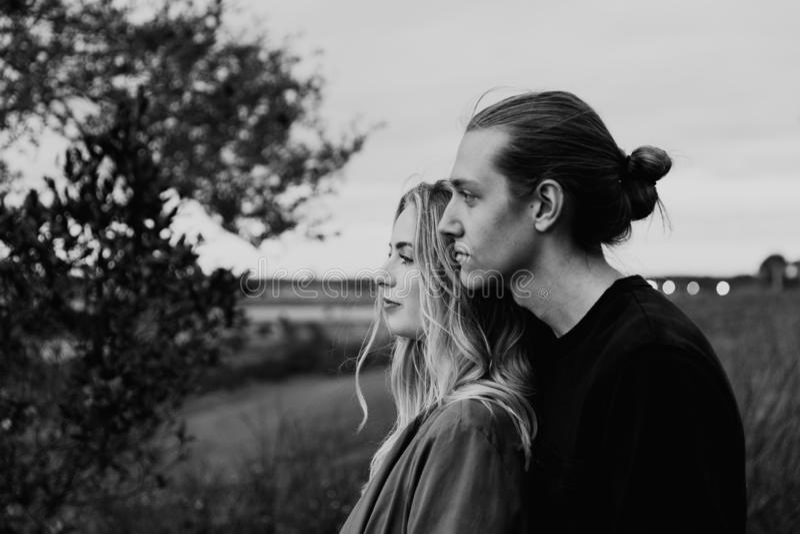 Romantisch en Houdend van Jong Volwassen Paar bij het Park dat Aard bekijkt en de Horizon voor Portretbeelden royalty-vrije stock fotografie