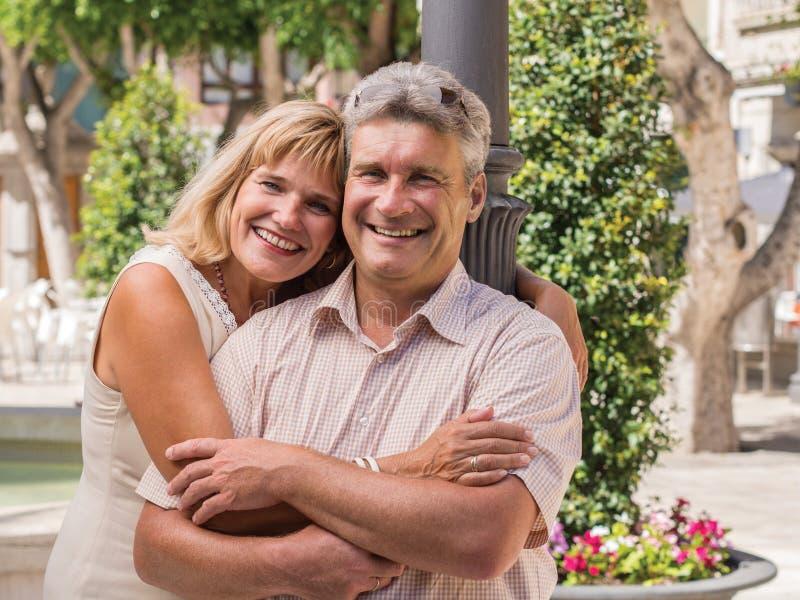 Romantisch glimlachend rijp gezond romantisch paar op middelbare leeftijd stock afbeelding