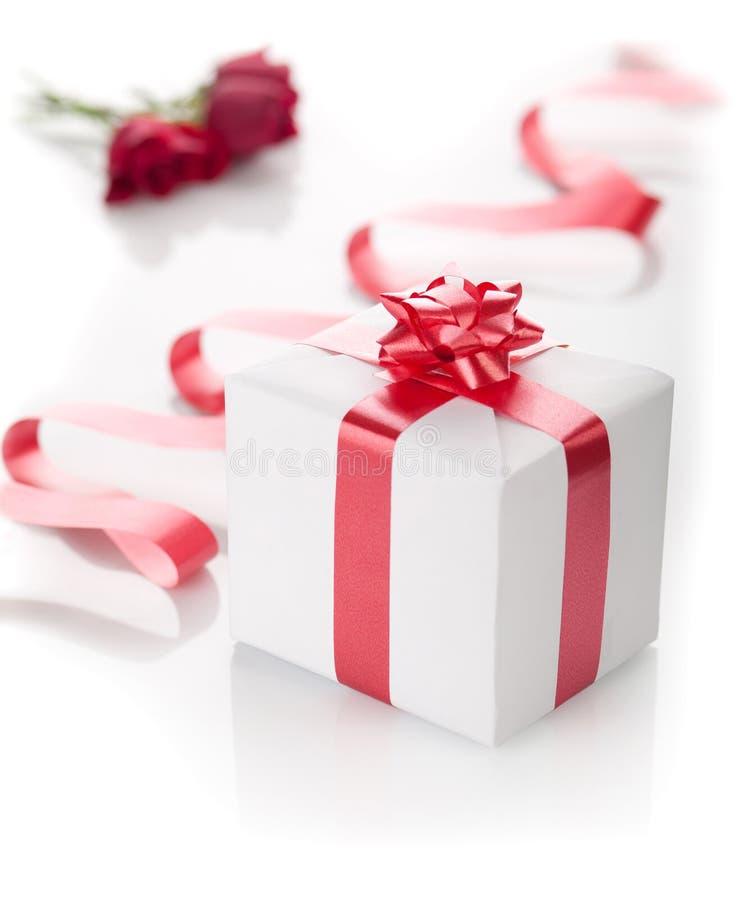 Romantisch heden in een doos op een witte achtergrond. stock foto