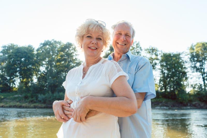 Romantisch hoger paar die van een gezonde en actieve levensstijl genieten stock foto's