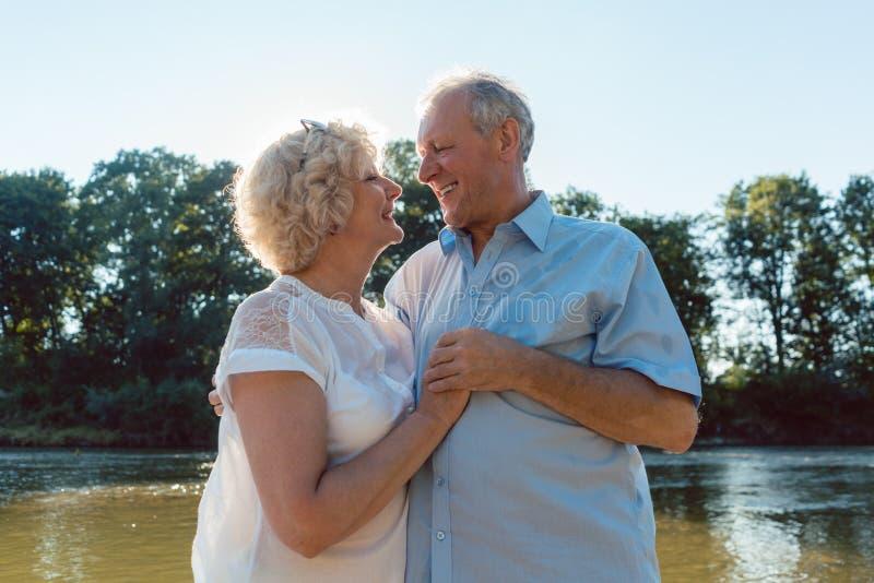 Romantisch hoger paar die van een gezonde en actieve levensstijl in openlucht genieten royalty-vrije stock afbeelding