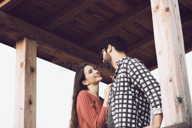 Romantisch houdend van paar die bij elkaar staren royalty-vrije stock afbeelding