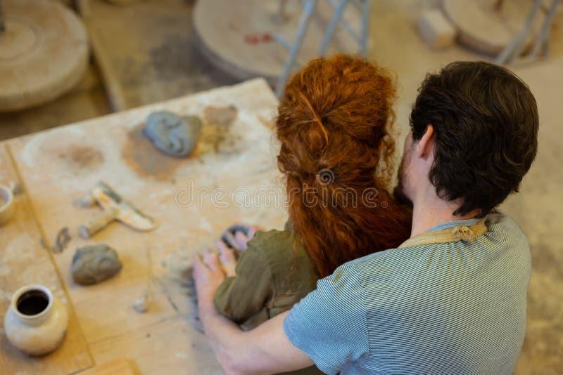 Romantisch jong paar dat passionately elkaar koestert royalty-vrije stock afbeeldingen