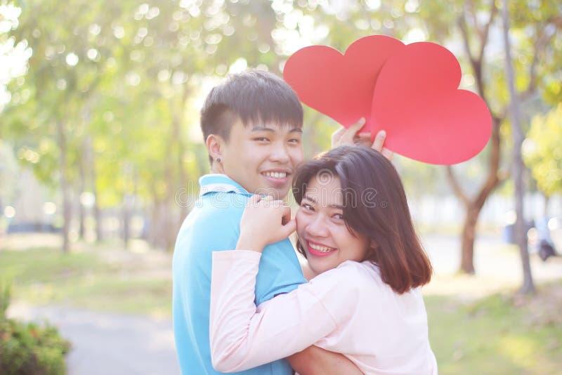 Romantisch jong paar in liefde royalty-vrije stock fotografie